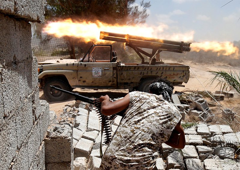 Libyan forces allied with the U.N.-backed government fire weapons during a battle with IS fighters in Sirte, Libya, July 21, 2016. REUTERS.