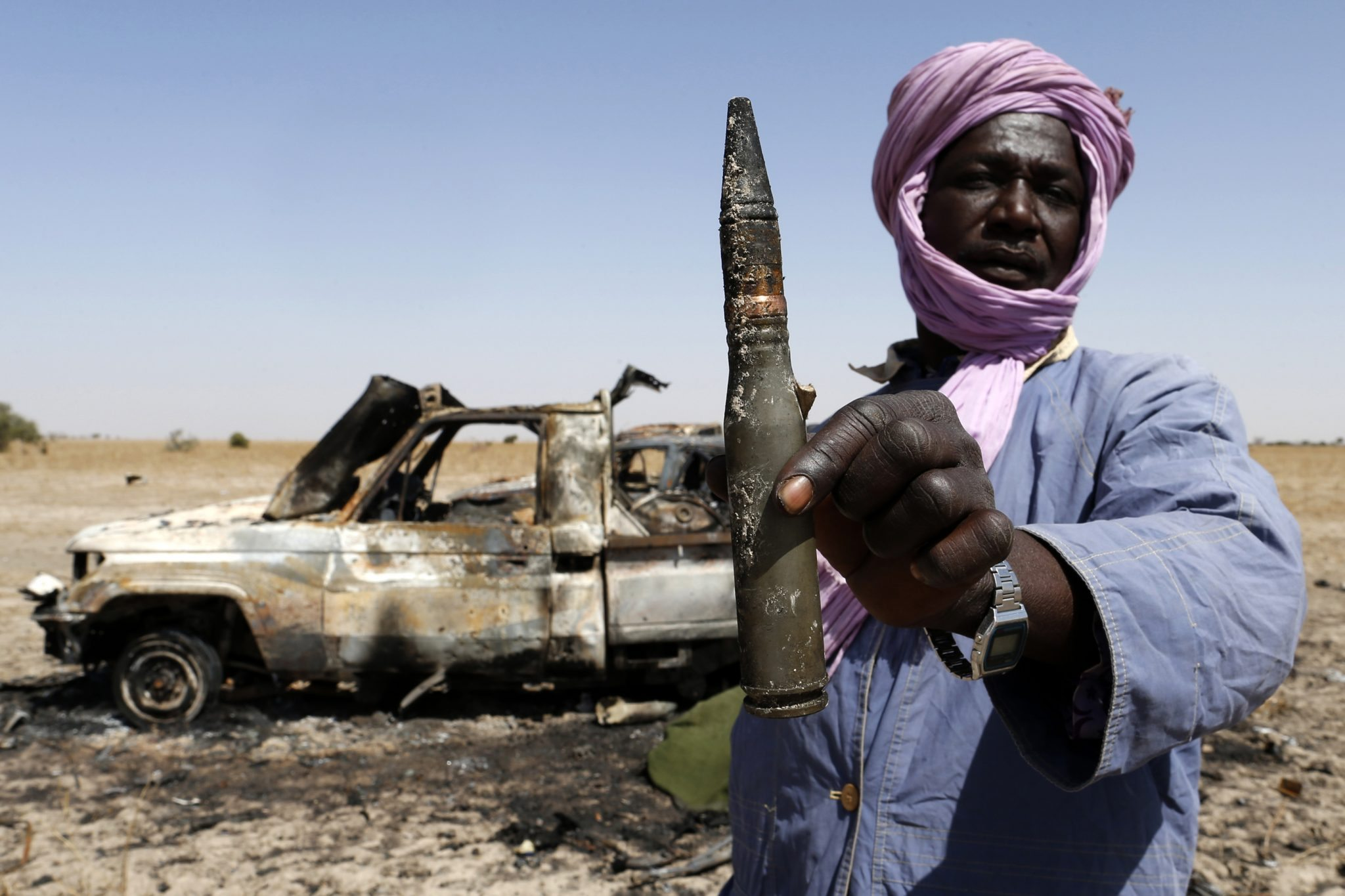 A Tuareg man holds a bullet near a destroyed vehicle belonging to Islamist rebels on the road between Diabaly and Timbuktu in Mali / REUTERS